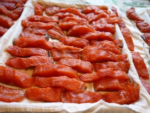 Draw a bowl of cool water and dip each piece of salmon into it, then place onto baking sheets covered with absorbent towels. Once all the fish is laid out, pat the tops dry with absorbent cloths.